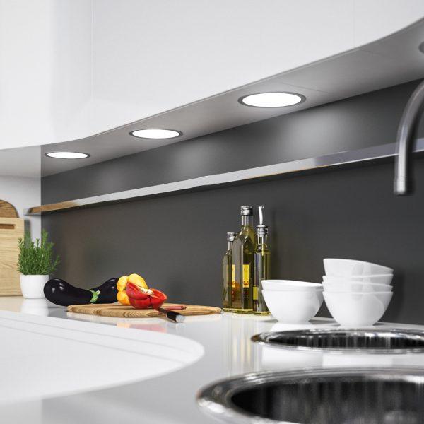 Versteckte Küchentechnik für Licht und Klang